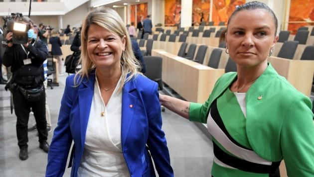 Verteidigungsministerin Klaudia Tanner (ÖVP) und ihre Sprecherin Katharina Nehammer (Bild: APA/ROLAND SCHLAGER)