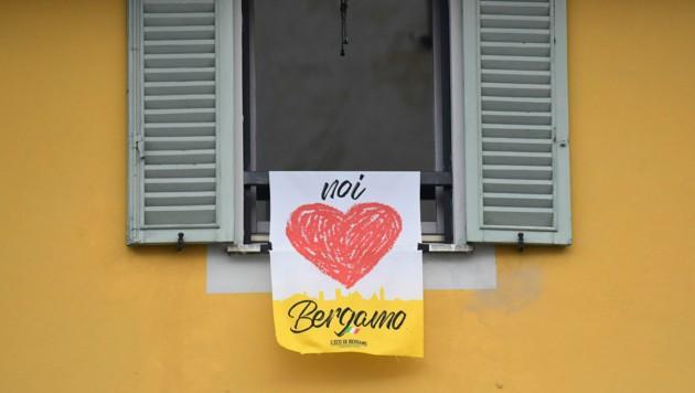 """Ein Banner mit der Aufschrift """"We love Bergamo"""""""