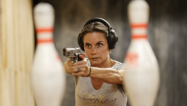 Anna-Susanne Paar vom Sportschützenverband testet die neue Schießanlage in Puch