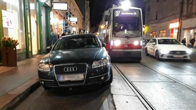 Döblinger Hauptstraße: Ein Auto blockiert die Straßenbahn.