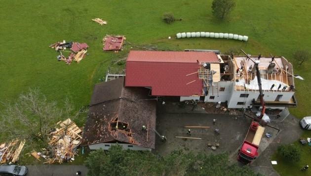 In St. Johann am Walde deckte der Sturm am Dienstagabend das Dach eines Hauses ab (Bild: Scharinger Daniel)