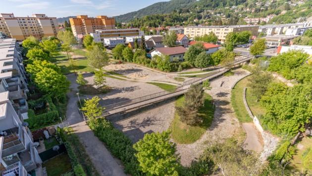 Hochwasserschutz in der Schererstraße in Graz: Ein Innenhof mit Spielplatz und Rückhaltebecken in einem.