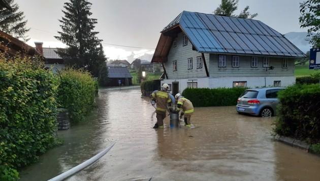In Abtenau traten mehrere Bäche über das Ufer. (Bild: Freiwillige Feuerwehr Abtenau)