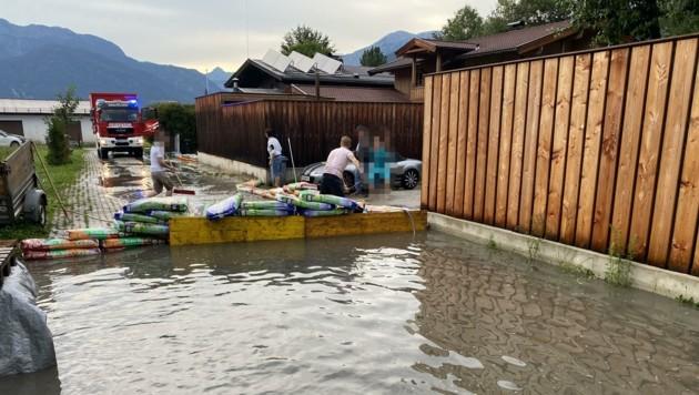 Am Achenweg in Saalfelden konnten die Wassermassen aufgehalten werden. (Bild: Freiwillige Feuerwehr Saalfelden)