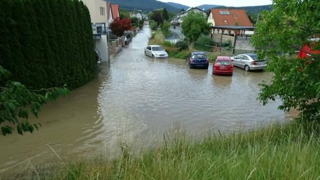 Überschwemmung im Bezirk Neunkirchen (Bild: APA/GERHARD ZWINZ)