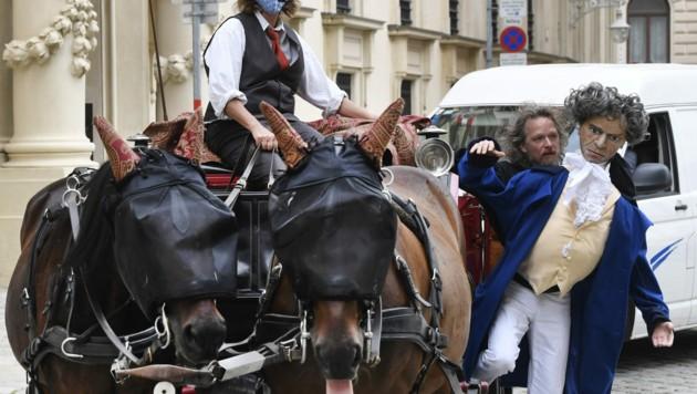 """Auch die Pferde sind """"kostümiert"""" - die Masken dienen allerdings zum Schutz gegen Fliegen und Mücken. (Bild: APA/HARALD SCHNEIDER)"""