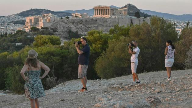 Athen will nach dem Höhepunkt der Corona-Krise nicht nur Touristen wieder ins Land locken, sondern auch Pensionisten, die aufgrund eines dauerhaft niedrigen Steuersatzes ihren Lebensmittelpunkt nach Griechenland verlegen sollen. (Bild: AFP)