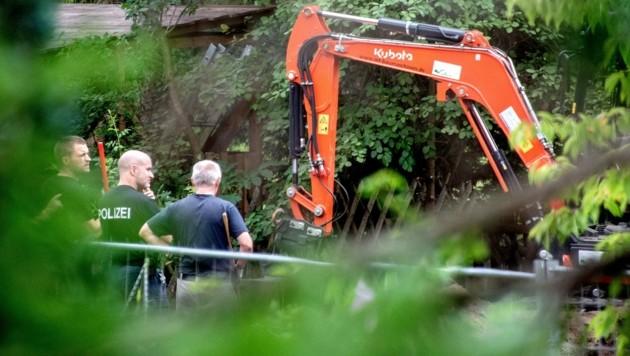 Die Polizei durchsucht einen Kleingarten in Hannover