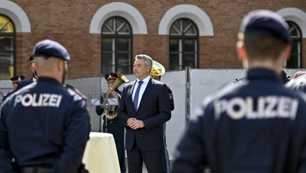 Innenminister Karl Nehammer (ÖVP) im Rahmen der Verabschiedung von Polizisten nach Serbien am Mittwoch in der Rossauer Kaserne in Wien. (Bild: APA/HERBERT NEUBAUER)