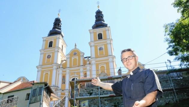 Die Gerüste stehen schon: Provisor Dietmar Grünwald vor der Wallfahrtskirche Mariatrost (Bild: Christian Jauschowetz)