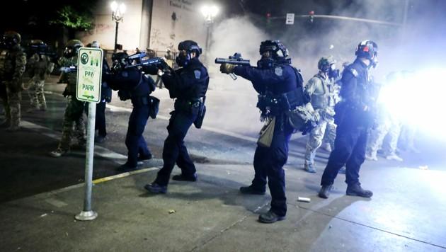 Schwer bewaffnete Einheiten der Bundespolizei in Portland (Bild: APA/Getty Images via AFP/GETTY IMAGES/SPENCER PLATT)