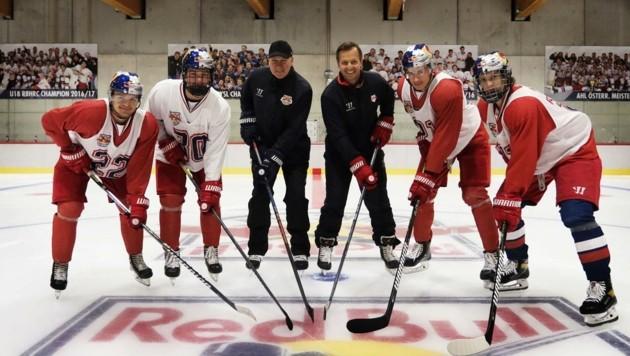 Die Coaches Jackson und McIlvane (Mitte) mit den Talenten. (Bild: Red Bull)