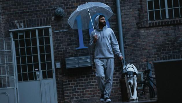 Spaziergang in Pyjamahose und Hoodie (Bild: Inge Prader)
