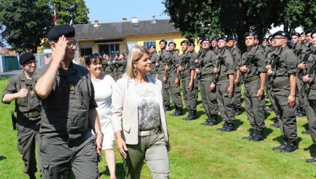 Rechts schaut! Klaudia Tanner, Manuela Khom, Heinz Zöllner und Günter Rath vor den Rekruten in Feldbach. (Bild: Christian Jauschowetz)