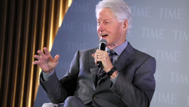 """Aus jüngst veröffentlichten Gerichtsprotokollen geht hervor, dass Virginia Giuffre den ehemaligen US-Präsidenten Bill Clinton mit """"zwei jungen Mädchen"""" auf Epsteins privater Insel gesehen haben will. (Bild: AP)"""