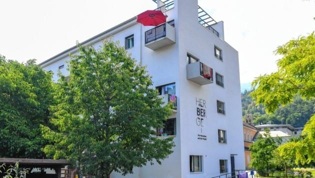 """""""HERberge für Menschen auf der Flucht"""" heißt das Flüchtlingsheim in der Innsbrucker Sennstraße. Zu den 43 Zimmern gibt's etwa fünf Gemeinschaftswohnräume und einen Lernraum. (Bild: Spiess Foto Tirol / Erich Spiess)"""