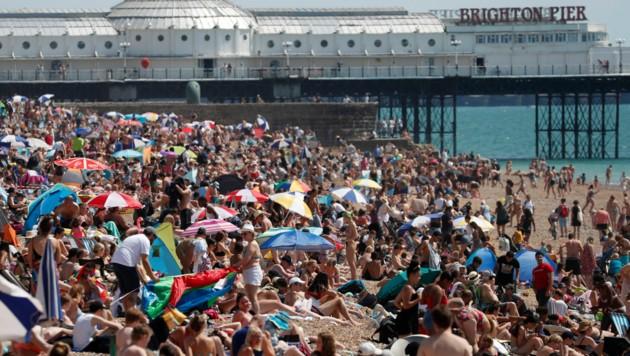 Keine Spur von Corona-Sicherheitsabstand am Strand von Brighton im Süden Englands: Bei Temperaturen von 35 Grad stürmen die Briten die Strände und pfeifen auf die Corona-Maßnahmen der Regierung. (Bild: AP)