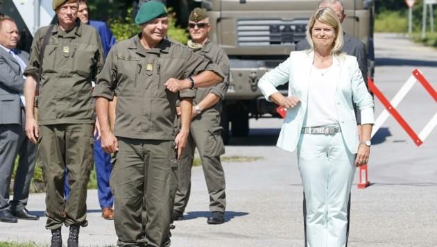 Ellbogencheck: Militärkommandant Brigadier Anton Waldner und Verteidigungsministerin Klaudia Tanner. (Bild: Tschepp Markus)