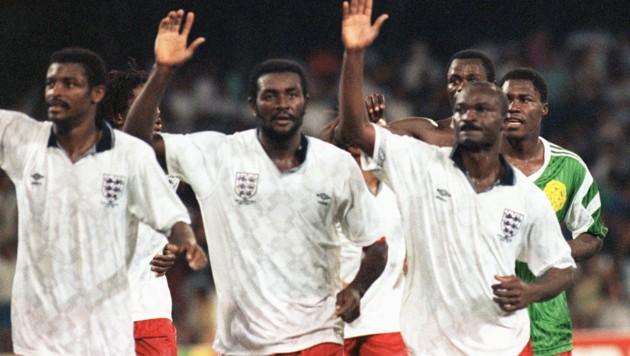 Von links: François Omam Biyick, Stephen Tataw und Roger Milla nach dem WM-Viertelfinale gegen England. (Bild: AFP)