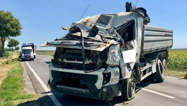 Ein 60-jähriger Wiener starb nach einem Überschlag mit einem Lkw in Schwechat. (Bild: FF Schwechat)