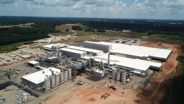In wenigen Monaten wird der 20. Produktionsstandort der weltweit tätigen Gruppe in Lexington, North Carolina, eröffnet (li.). (Bild: Egger-Holzwerkstoffe)