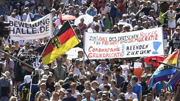 """Bei einer Demonstration in Berlin demonstrieren Tausende Menschen unter dem Motto """"Das Ende der Pandemie"""". (Bild: AFP)"""