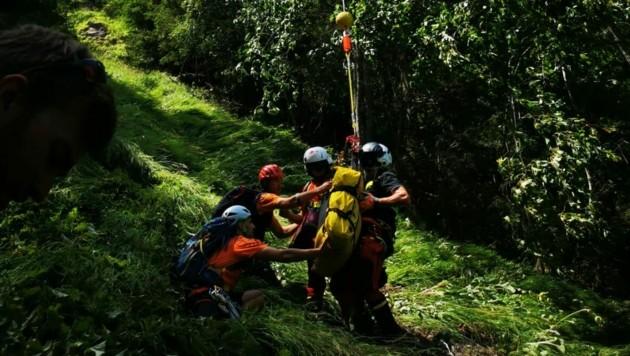 Die Bergrettung versorgte den schwer verletzten Wanderer. (Bild: Bergrettung)