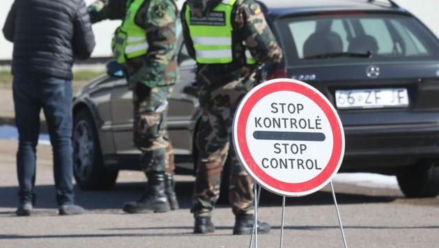 Kontrolle an der polnisch-litauischen Grenze bei Kalvarija-Budzisko (Bild: APA/AFP/PETRAS MALUKAS)