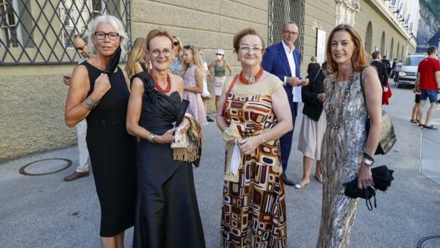 """Mädels-Trip: M. Fekter (2. v. re.) mit ihren Freundinnen Ingrid, Erika und Romana. Die Politikerin hat """"immer Puder in der Tasche, falls irgendwo ein Fotograf auftaucht."""" (Bild: Tschepp Markus)"""