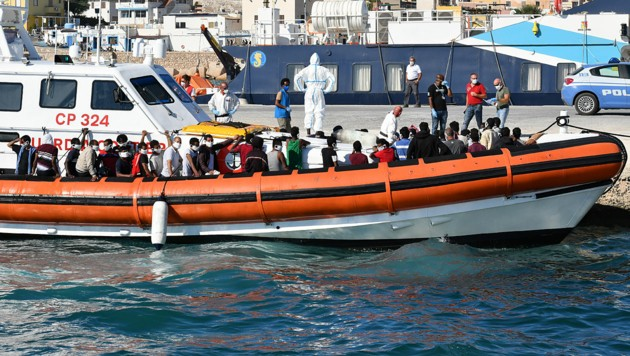 Tunesische Flüchtlinge an Bord eines Schiffes der italienischen Küstenwache (Bild: APA/AFP/Alberto Pizzoli)