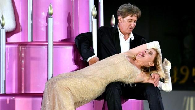 """Tobias Moretti als """"Jedermann"""" und Caroline Peters (Buhlschaft) (Bild: APA/BARBARA GINDL)"""