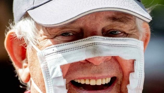 Demonstrant mit ausgeschnittener Maske in Den Haag (Niederlande). Amerikanische Verhältnisse bald auch in Europa gewünscht?