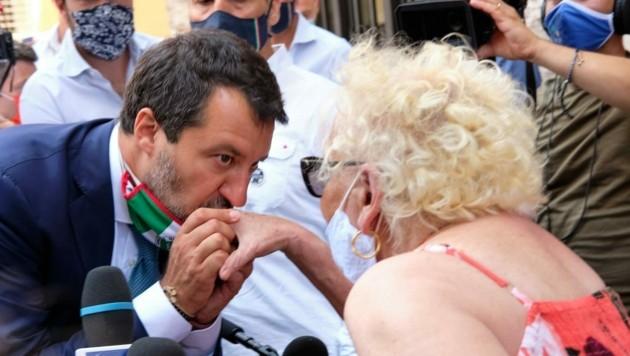 """""""Un bacio, bella Donna"""": Rechtspopulist Matteo Salvini hält nicht viel von Risikogruppen und Mindestabstand."""
