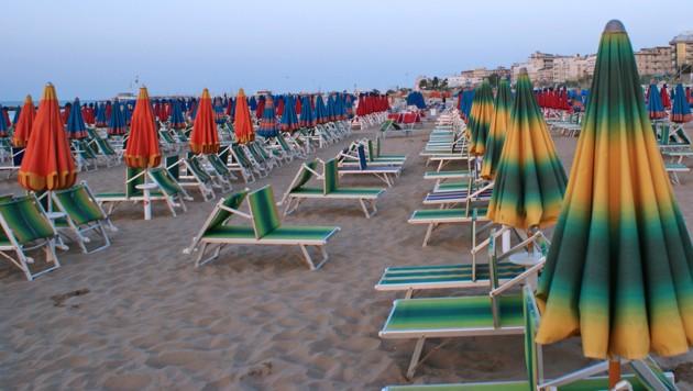 Der Badetag der 43-Jährigen am Strand von Cattolica endete im Krankenhaus. (Bild: stock.adobe.com)