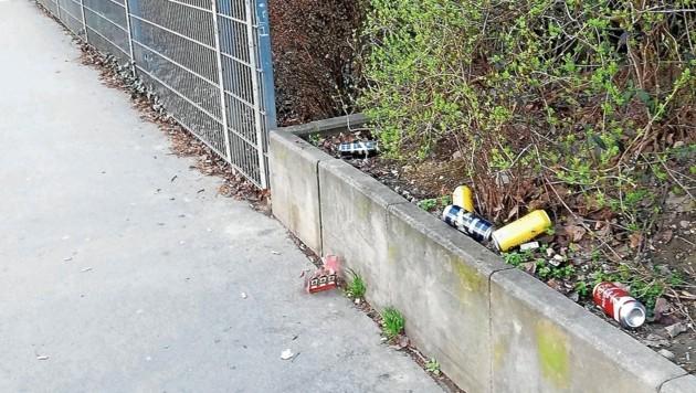 Dieses Müllfoto hat uns Hans G. aus Alterlaa geschickt. Sind die Betrunkenen im 21. Bezirk weg, hinterlassen sie auch Mist. (Bild: Hans G.)
