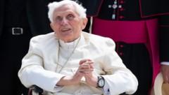 Der emeritierte Papst Benedikt XVI. ist nach einer Regensburg-Reise an einer Gesichtsrose erkrankt. (Bild: APA/dpa/Sven Hoppe)