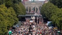 Nach Verstößen gegen die Corona-Auflagen bei der Großdemo in Berlin am Wochenende stellt die CDU die Genehmigung solcher Kundgebungen in Frage. (Bild: AP)
