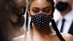 Influencerin Victoria Stella Doritou trägt eine mit Glassteinen verzierte Gesichtsmaske. (Bild: www.viennareport.at)