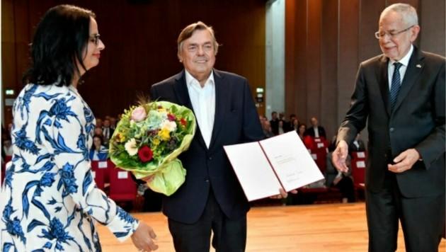 Staatspreisträger Drago Jancar (Mitte) mit Kulturstaatssekretärin Andrea Mayer und Bundespräsident Alexander Van der Bellen (Bild: APA/Barbara Gindl)