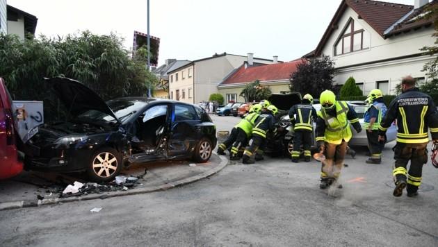 Einen Verletzten barg die Feuerwehr in Guntramsdorf aus dem Wrack. (Bild: Huber Patrick)