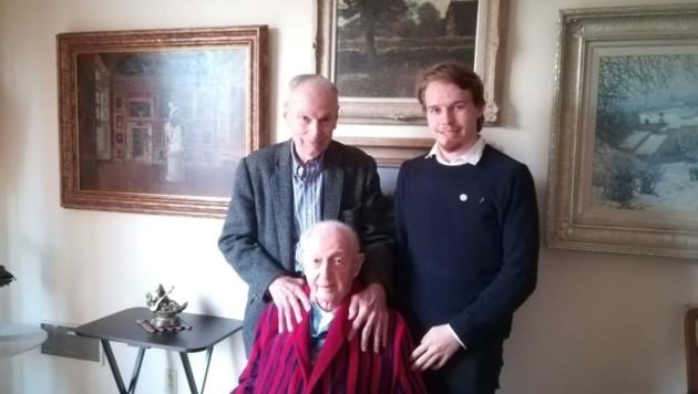 Walter Arlen (vorne) mit Ehemann Howard Myers und Jonathan Dorner