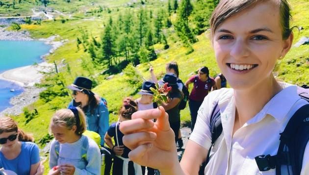 Rangerin Steffi Winkler vermittelt den Junior Ranger viel Naturwissen (Bild: Wallner Hannes)