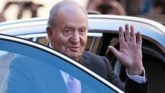 Der 82-jährige Altkönig Juan Carlos war lange Zeit wegen seiner Rolle beim Übergang Spaniens von der Diktatur zur Demokratie im Volk sehr beliebt. Doch eine Reihe von Skandalen, darunter eine Luxusreise des Monarchen inmitten einer schweren Wirtschaftskrise des Landes, hatten seine letzten Jahre auf dem Thron überschattet. (Bild: APA/AFP/JAIME REINA)