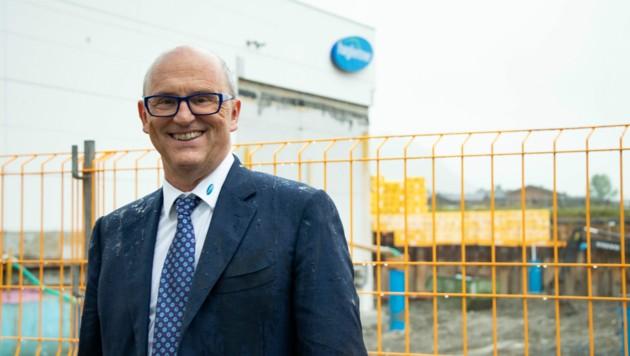 Firmeninhaber und Geschäftsführer Hans Georg Hagleitner beim Spatenstich für das größere Spender-Werk. (Bild: Damian Bonholzer)