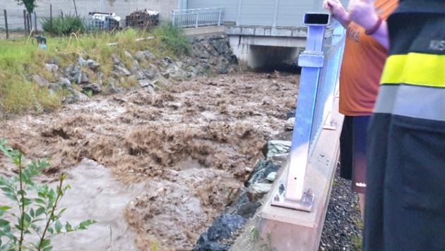 In Freßnitz wurde durch Sofortmaßnahmen ein Überfließen des Freßnitzbaches an einer Stelle gerade noch verhindert. (Bild: BFVMZ)