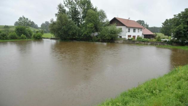 Überschwemmungen in Neukirchen an der Enknach in Oberösterreich (Bild: APA/MANFRED FESL)