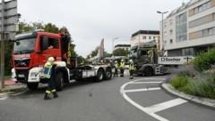 Ein Sattelschlepper saß in einem Kreisverkehr fest – Stau! (Bild: Huber Patrick)