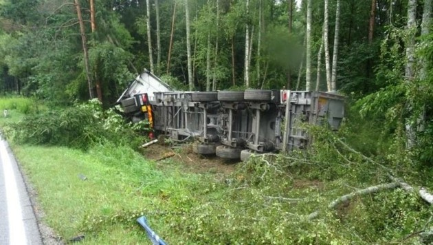 Im Waldviertel landete ein weiterer Lkw im Forst. (Bild: PI Allentsteig)