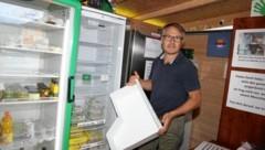 Die Kühlschränke sind leer, auch die Kasse. Mario Schwagerle wurde zweimal bestohlen. (Bild: Evelyn Hronek/Kamerawerk)