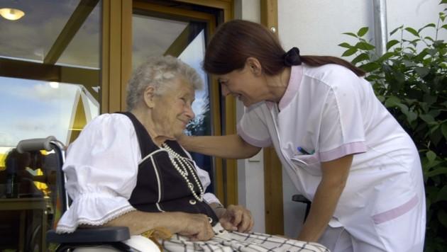 Pflegearbeit im Altenheim: Sinnstiftend, aber oft auch hart (Bild: elmar gubisch)